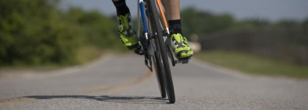 Ciclista en carretera